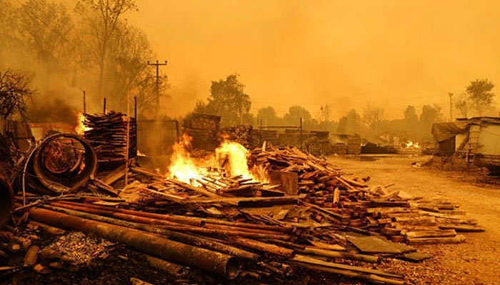 ترکی، جنگلات میں 4 دن سے لگی آگ اب تک بے قابو