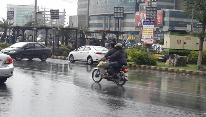 کراچی: رات سے بوندا باندی اور ہلکی بارش