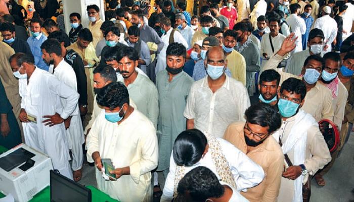 کراچی کے تمام ویکسینیشن سینٹرز پر عوام کا رش