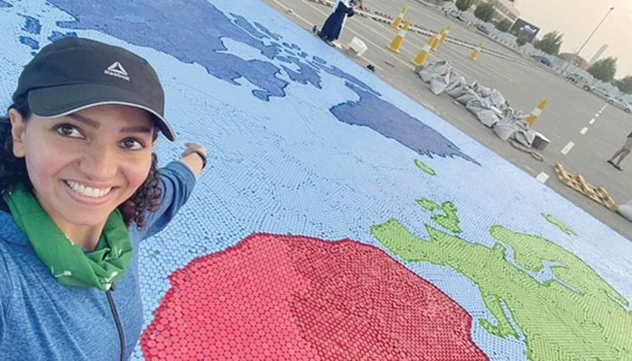 سعودی خاتون نے بوتل کے ڈھکنوں سے دنیا کے نقشے کا سب سے بڑا موزیک تیار کرلیا