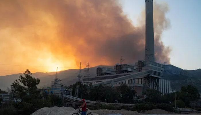 ترکی، جنگلات میں لگی آگ پاور اسٹیشن کے قریب پہنچ گئی