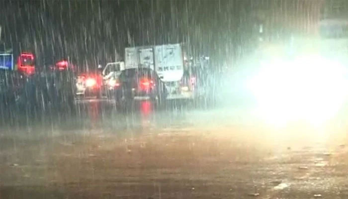 کراچی کے مختلف علاقوں میں رات گئے موسلادھار بارش