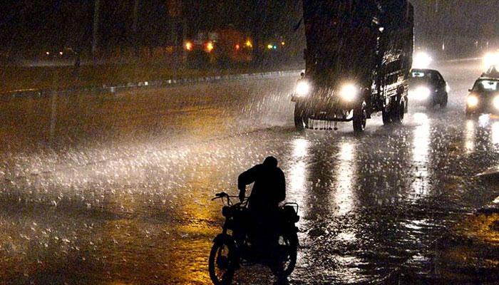 بارش شروع ہوتے ہی کراچی کے اکثر علاقوں میں بجلی غائب