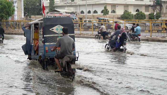 کراچی: زیادہ تر سڑکوں پر جمع پانی اتر گیا