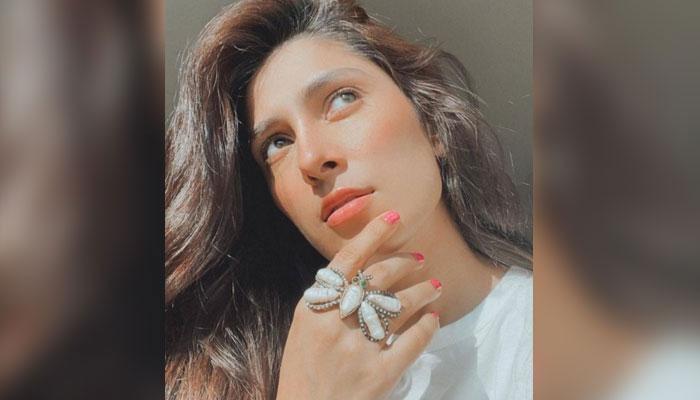 عائزہ خان کا نیا اسٹائل مداحوں کو پسند آگیا