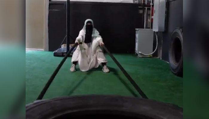 امریکا: مسلمان لڑکی کی برقعے کے ساتھ مشینوں پر ورزش، ویڈیو وائرل