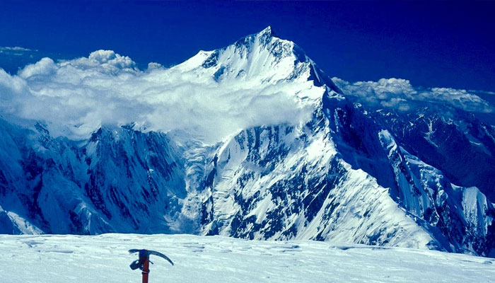 Trapped on Rakapushi, 3 climbers managed to descend 600 meters