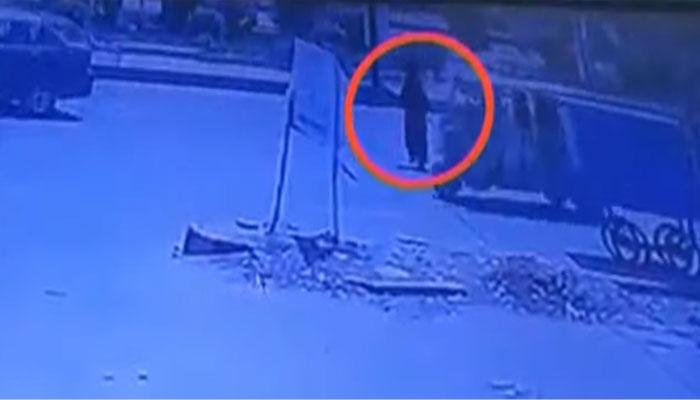 کراچی: عائشہ منزل پر ٹینکر کی ٹکر، خاتون معجزانہ طور پر محفوظ