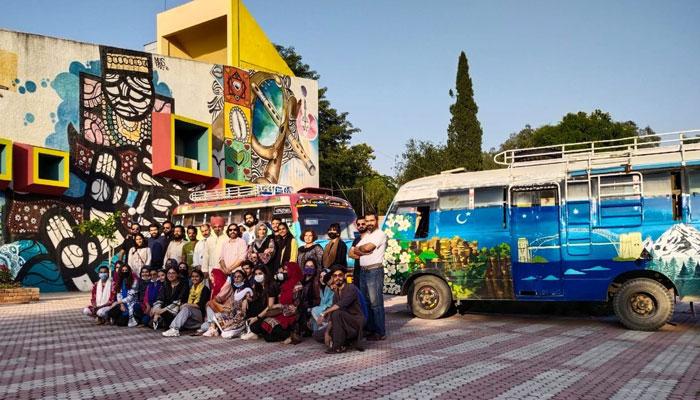 آسٹریلیا اور پاکستان کی ثقافت پر بس آرٹ نمائش نے پاکستانی سڑکوں پر اپنے سفر کا آغاز کردیا