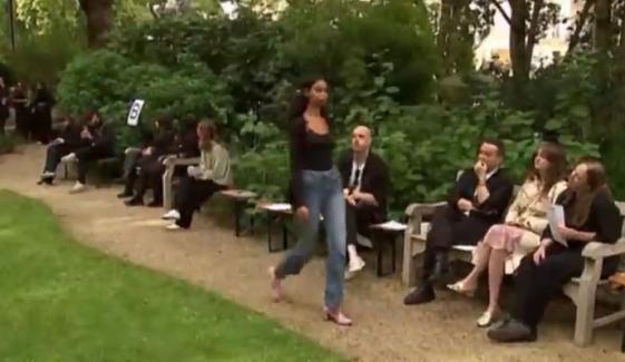 لندن فیشن ویک: شوخ رنگ ملبوسات کی نمائش، ماڈلز کی گھاس پر واک