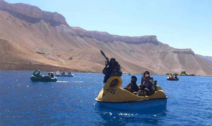 طالبان جنگجوؤں کی ہتھیاروں کے ہمراہ کشتی چلانے کی تصاویر وائرل