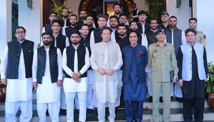 وزیر اعظم عمران خان نے قومی کرکٹ ٹیم کیساتھ ویڈیو اور تصویر شیئر کر دی