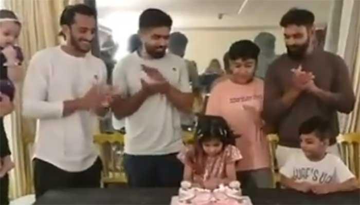 محمد حفیظ  نے اپنی صاحبزادی کی سالگرہ ٹیم کے کھلاڑیوں کے ساتھ منائی